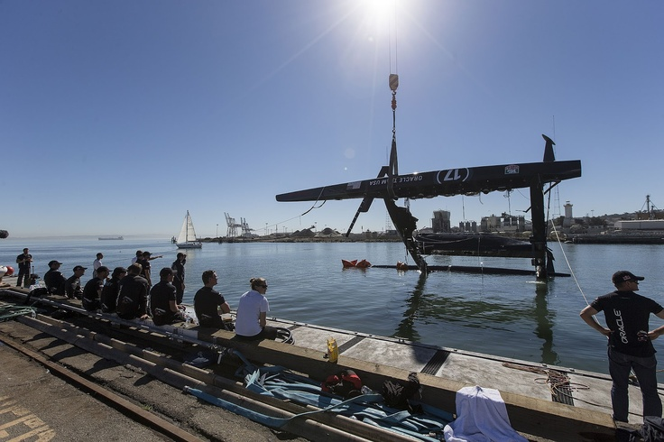 L'AC72 Oracle Team USA après son chavirage.  America's Cup