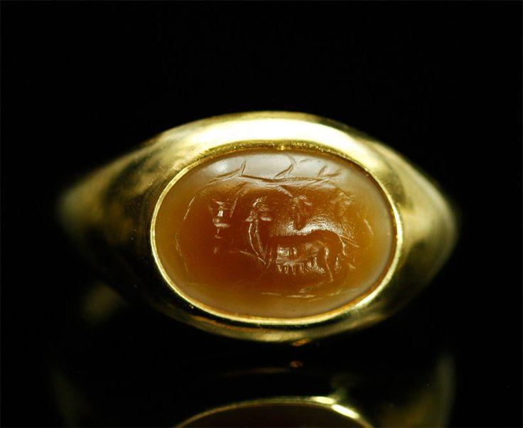 Intaille romaine en sardoine montée en bague or. Panthère de Bacchus.  Intaille d'époque romaine, période d'Auguste, fin du 1er siècle avant notre ère.  Monture en or moderne, à fond clos, d'un poids de 10,5 grs.