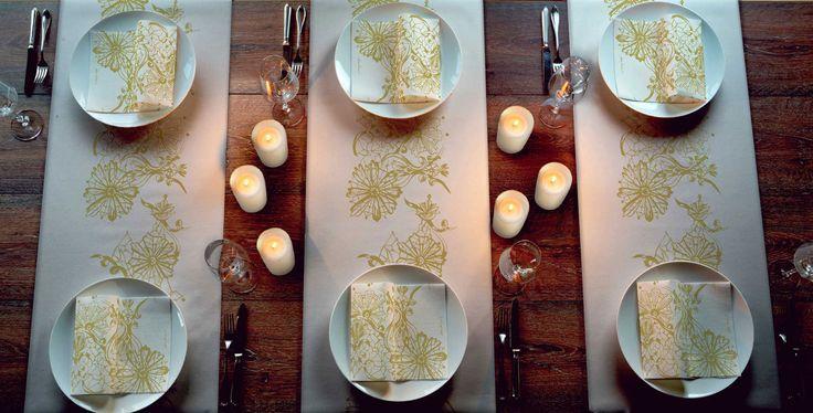 Dolce Vita -servetti, Duni. Jukka Rintalan suunnittelema kuvio koristaa kullan hohtoisena kauniisti eleganttia juhlapöytää.