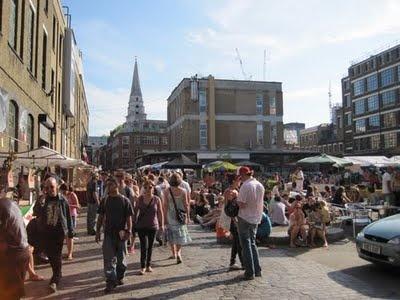 Brick Lane, passeio. Fez sol em Londres, corra para lá. Restaurantes, galerias, lojas e muita gente na rua.
