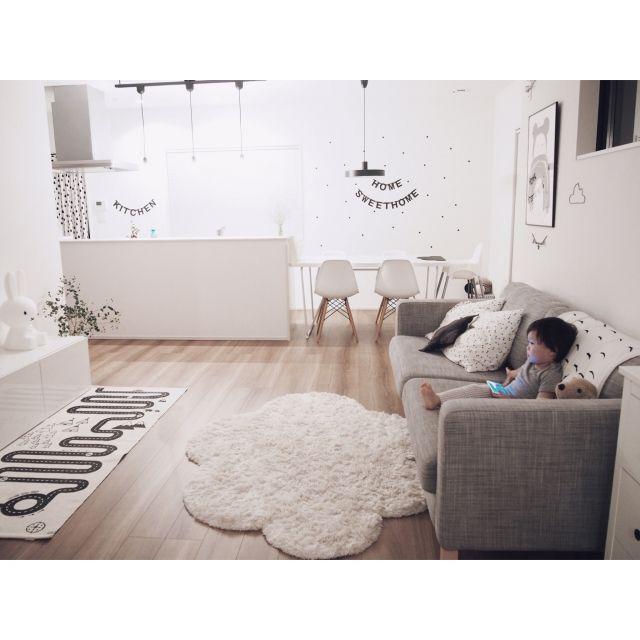 chakiさんの、リビング,観葉植物,IKEA,ミッフィー,ウォールステッカー,リビング,北欧,シンプル,白黒,雲,モノトーン,凸ランプ,かすみ草,レターバナー,小さなお家,こどもと暮らす。,アドベンチャーラグ,ig☞chay_ttt,のお部屋写真