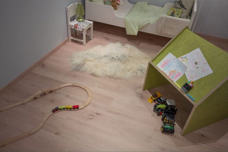 Jetzt wird es bunt – im Classic #Kinderzimmer im MEISTER-Musterhaus!  #Laminat Königsbuche, Deckenpaneele (Bocado) in Buche. Now, life is becoming colourful – in the Classic #children's room of our MEISTER mock-up house!  #laminate floor, royal beech; decorative #panel (Bocado) in beech.