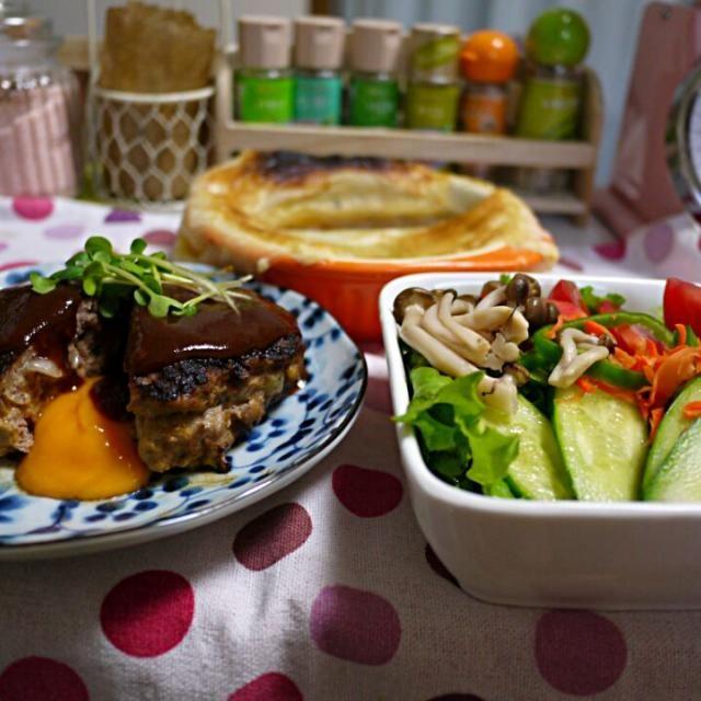 スープのパイ皮が破れちゃった~(ToT) - 29件のもぐもぐ - オニオングラタンスープ  チーズinハンバーグ サラダ by YokoIshikawa
