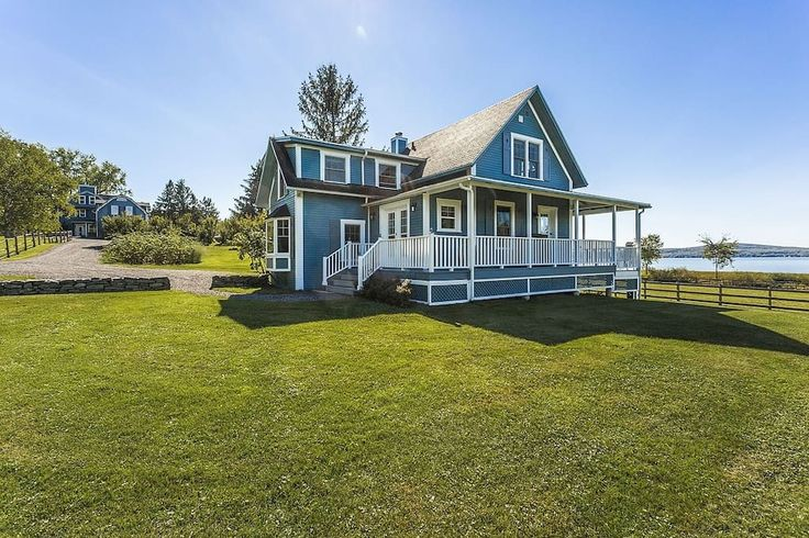 Logement entier à Knowlton, Canada. You will love this spectacular, large lakefront property on prestigious Lac-Brome near the beautiful village of Knowlton, 1h from Montreal.   With 3 bedrooms, a large open kitchen, wrap-around veranda with a BBQ overlooking the lake, it's perfect ...