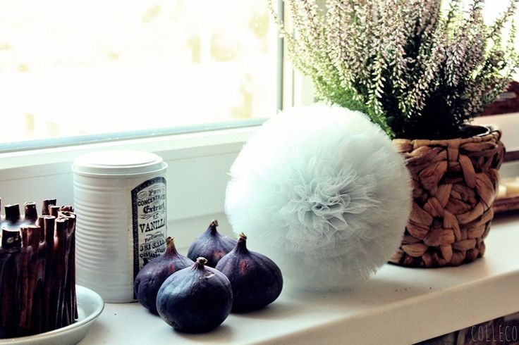 pompony tiulowe, dekoracje okna