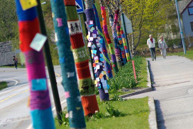 yarn_bombing_tree_jumpers