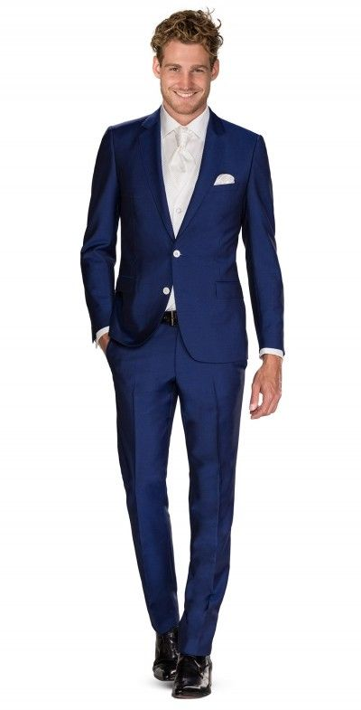 blauw 2 delig pak. Italiaans gesneden blauw pak, 2-delig uitgevoerd en in verschillende kleuren verkrijgbaar. Het ivoorkleurige gilet is niet bij de prijs inbegrepen en los verkrijgbaar. Het pak is gemaakt van een speciaal ontwikkelde kreukvrije stof.