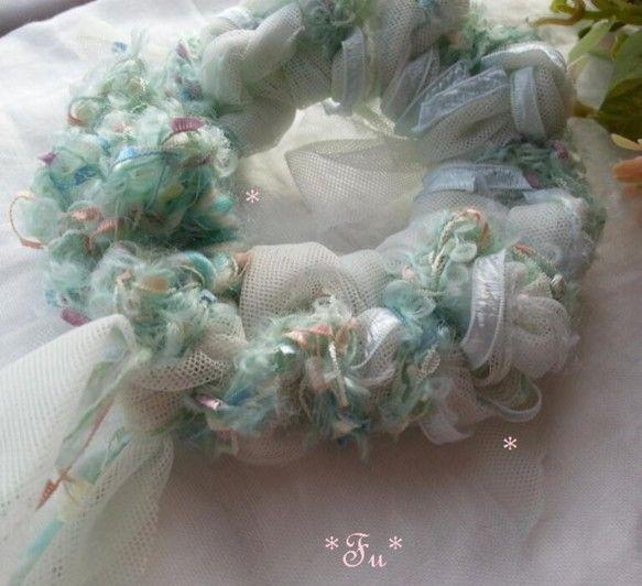 淡いグリーンホワイトチュール生地で裂き布を作り指編みとジャンボカギ針で編みました小さな小さなフラッグ状のポンポンが付いたお花畑みたいな意匠糸パステルに輝く小さ...|ハンドメイド、手作り、手仕事品の通販・販売・購入ならCreema。