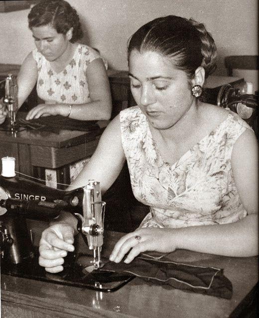 Γαζώτριες, κοπτοράπτριες. Δεκάδες χιλιάδες γυναίκες σε όλη τη χώρα, στελέχωναν μερικές χιλιάδες βιοτεχνίες και βιομηχανίες, για περισσότερα από σαράντα χρόνια!