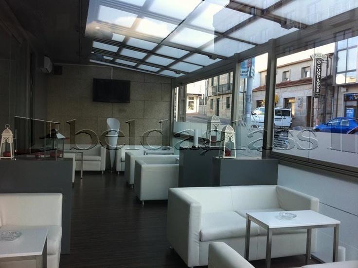 terraza bar acristalada con cortinas de cristal sin perfiles verticales y techo movil