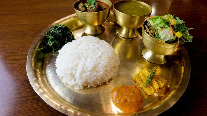 大森西口徒歩1分!東京ではここでしか食べられない、ネパールの少数民族「タカリ族」の料理が味わえるお店です☆ ヒマラヤの高地に生息するハーブや香辛料をふんだんに使っています。 ネパールにはさまざまな民族の人がいて、それぞれ違った特徴のある民族料理があります。 その中でもタカリ族はおいしい食事を作るので有名で、ネパールでも高級料理として人気を集めています。「タカリバンチャ」とは、「タカリ食堂」という意味。他店では食べられない珍しい料理の数々は女性にも大人気です^^ 本場ネパールの味を日本人にも味わいやすく仕上げています。 また、そば粉を使ったヘルシーなタカリコーゲン(そば粉クレープ)や、もちもちした食感のナンも人気♪
