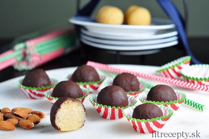 Výborné marcipánové guličky v tenkej čokoládovej vrstve, ktorým určite neodoláte. Je to zdravý dezert z hodnotných surovín, ktorý padne vhodaj ako vianočná dobrota! ;) 1 ks obsahuje až 20% ODD vitamínu E, mangánu a 10% ODD horčíka a medi. Ingrediencie (na 20ks): 2 hrnčeky lúpaných mandlí* (alebo mandľová múka) 2-3 PL medu 1-2 PL vody […]