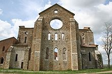 San Galgano, Apse.Is first part of the church he saw those who came from the street Maremma.  Presents itself enclosed between two buttresses and shows two rows of openings of three single-light to a pointed arch; at the top it is completed by a large oculus above which there is a smaller one; both of these oculi frames are richly decorated. At the left of the apse are a door and a single light. This is what remains of the bell tower collapsed in 1786.