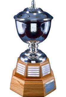 Le Trophée James Norris (James Norris Memorial Trophy) est remis au meilleur défenseur ayant démontré d'excellentes qualités de hockey sur glace de la Ligue nationale de hockey. Le recipiendaire est choisi par l'Association de Presse de Hockey Professionnelle