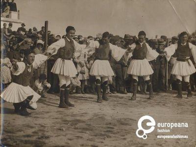"""Μέγαρα. Φωτογραφία ανδρών με φουστανέλες που χορεύουν. Επιγραφή: """"Ηθογραφικά"""" Χρόνος: 1930   Συλλέκτης: Peloponnesian Folklore Foundation   Ίδρυμα: Europeana Fashion    www.europeanafashion.eu."""