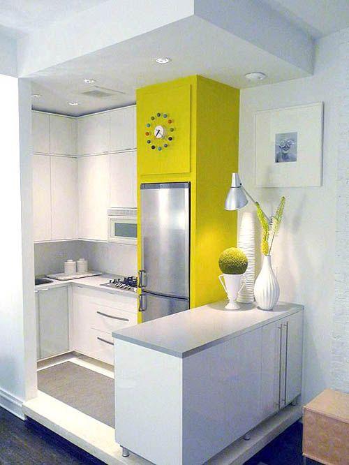 Маленькая белая кухня с ярким желтым пеналом.