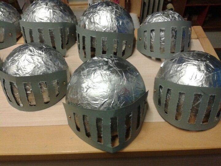 Helmen gemaakt van papier mache
