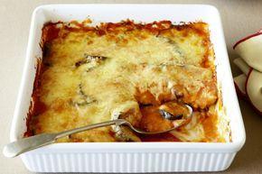 Μελιτζάνες+με+κρεμώδη+σάλτσα+ντομάτας+και+τυριά+στο+φούρνο