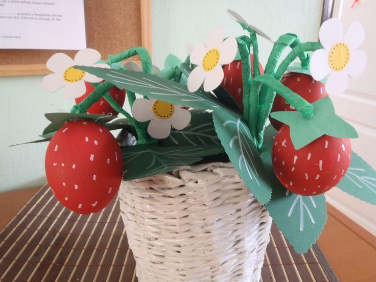 Letní jahodová kytička z vyfouknutých vajec