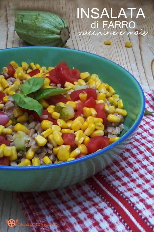 Insalata di farro, zucchine, pomodoro e mais è un primo piatto colorato e saporito preparato con le verdure di stagione.