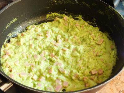 Semplici ingredienti danno vita ad un primo piatto straordinario e ben orchestrato: gli gnocchetti con crema di asparagi e prosciutto cotto.