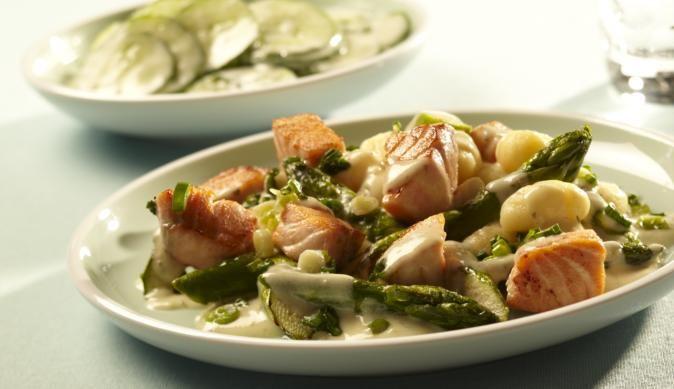 Herzhafte Lachsstückchen mit knackigem, grünem Spargel in einer cremigen Kräuter-Sauce mit italienischen Gnocchi als Beilage. Klingt das nicht einfach nur total lecker?