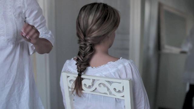 Tutorial/Howto: Fishbone Hair Braid by Malenami.com. Hair tip/tutorial: How to make a fishbone hair braid (aka Herringbone braid).
