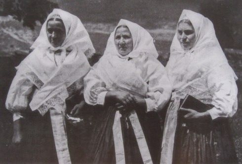 Slovak women are going in the church