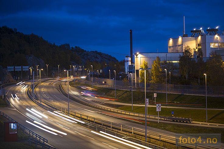 #Nattfoto av #motorvei ved #Glencore nikkelverk i #Kristiansand. Kalt #Vestervegen.