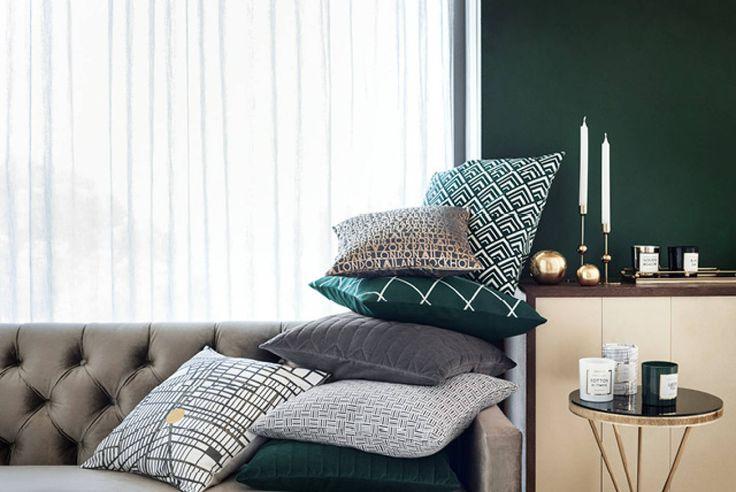 Colori ricchi, morbidi cuscini e portacandele dorati per creare un'atmosfera lussuosa in casa.