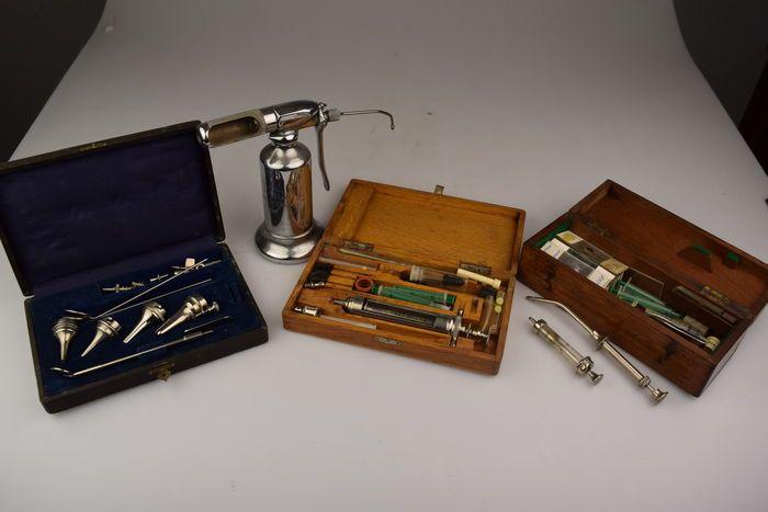 Online veilinghuis Catawiki: Diverse decoratieve oude kistjes/objecten met allerlei dokters/laboratoria items..