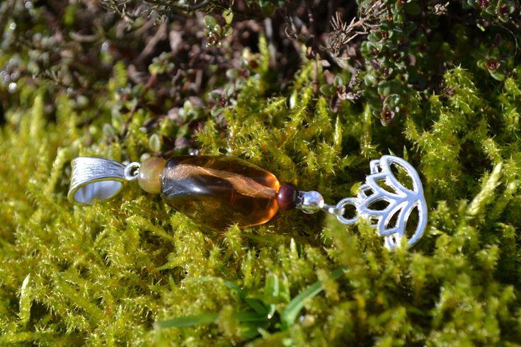 Amulette - Kettenanhänger Dreadschmuck  Lotus und Glasperle - ein Designerstück von wollkaethe bei DaWanda