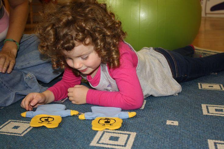 Mackó Mocorgó kézbábokkal játszik Lia. Ezek a kedves kis bábok megvásárolhatók a honlapon.