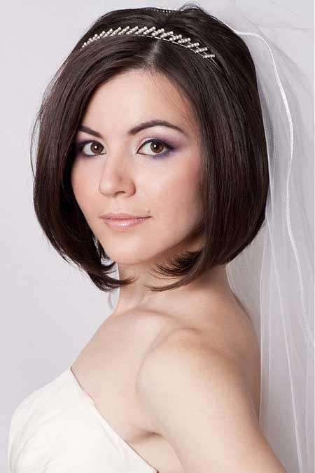 Acconciature sposa per capelli corti - Taglio sposa corto con cerchietto chic e velo