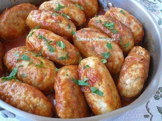 Гречаники– это вкуснейшие котлетки, сытные и сочные, которые готовятся из гречневой каши и мясного фарша. 500 г мяса (я использовала филе индейки); - 150 г гречневой крупы; - 2 яйца; - 2 луковицы; - 200 г томатного соуса, - соль, перец - по вкусу; - мука для панировки; - растительное масло для обжаривания.