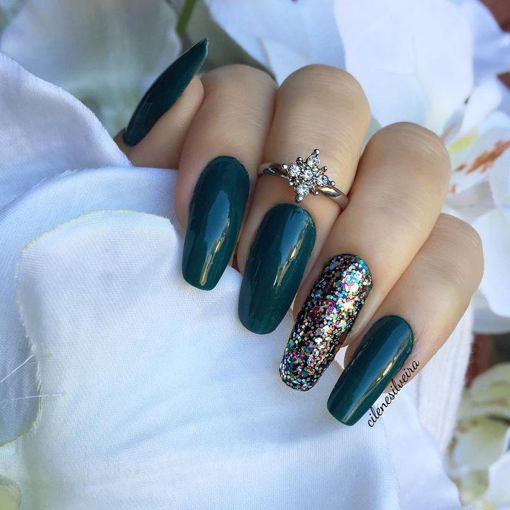 deep green nails (amazon... amazoff) + glitter accent nail (opi chasing rainbows) @cilenesilveira