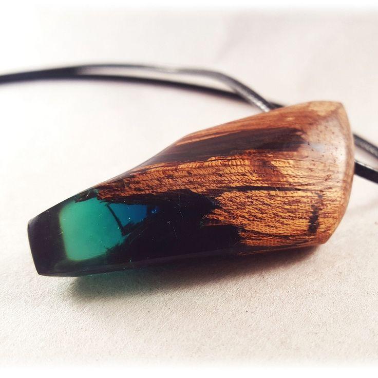 Il est superbe, collier en resine et bois avec de jolis reflets vert.  Il sera du plus bel effet avec vos tenues estivales.  N'hésitez plus