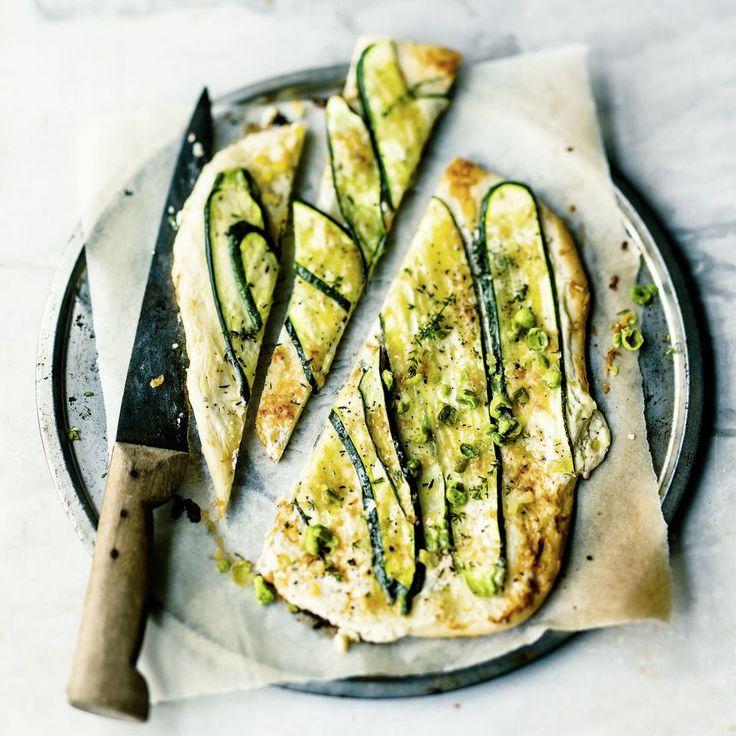 Flammkuchen mal anders: Hier kommt der Klassisker mit Zucchini, Ziegenkäse, Salzzitrone und Wasabi-Sprinkle auf den Teller.
