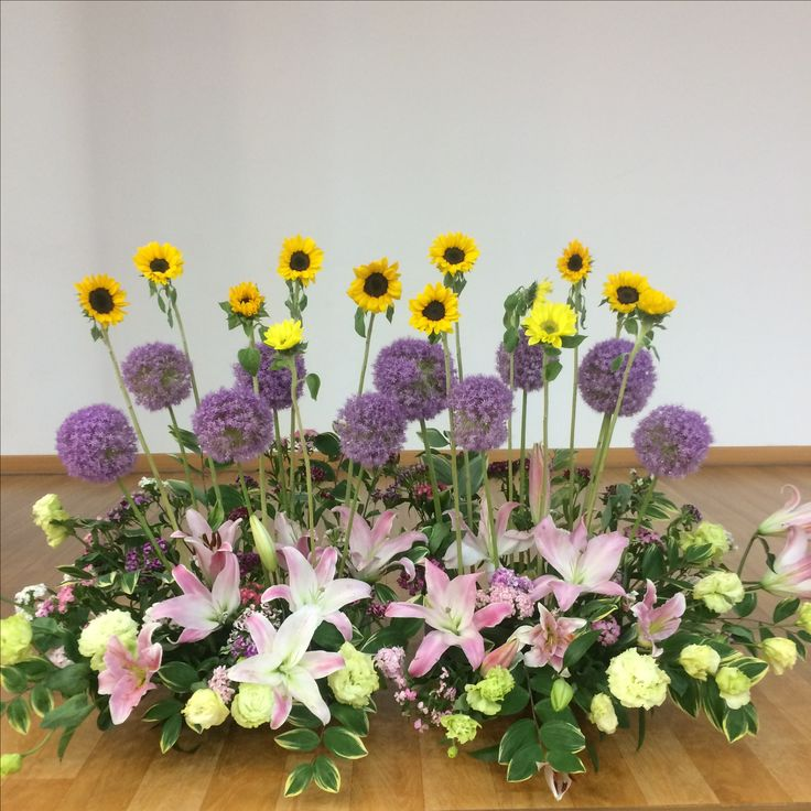 2017.5.28. This week's church flower decoration. Little sunflowers and lilies.