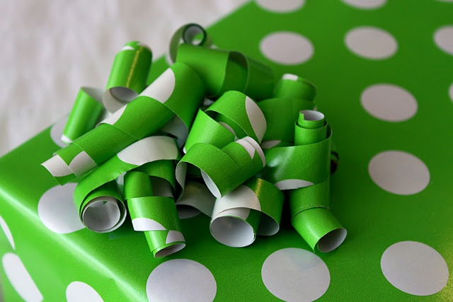 Wrapping Paper Bow!! This makes me SO happy! I'm wrapping a present RIGHT NOW and need a matching bow.. VOILá!!