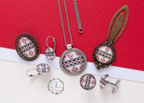 Bijuterii cu model traditional stilizat pe aplicatii din sticla: pandantiv, cercei, brosa, semn de carte si butoni pentru camasa.