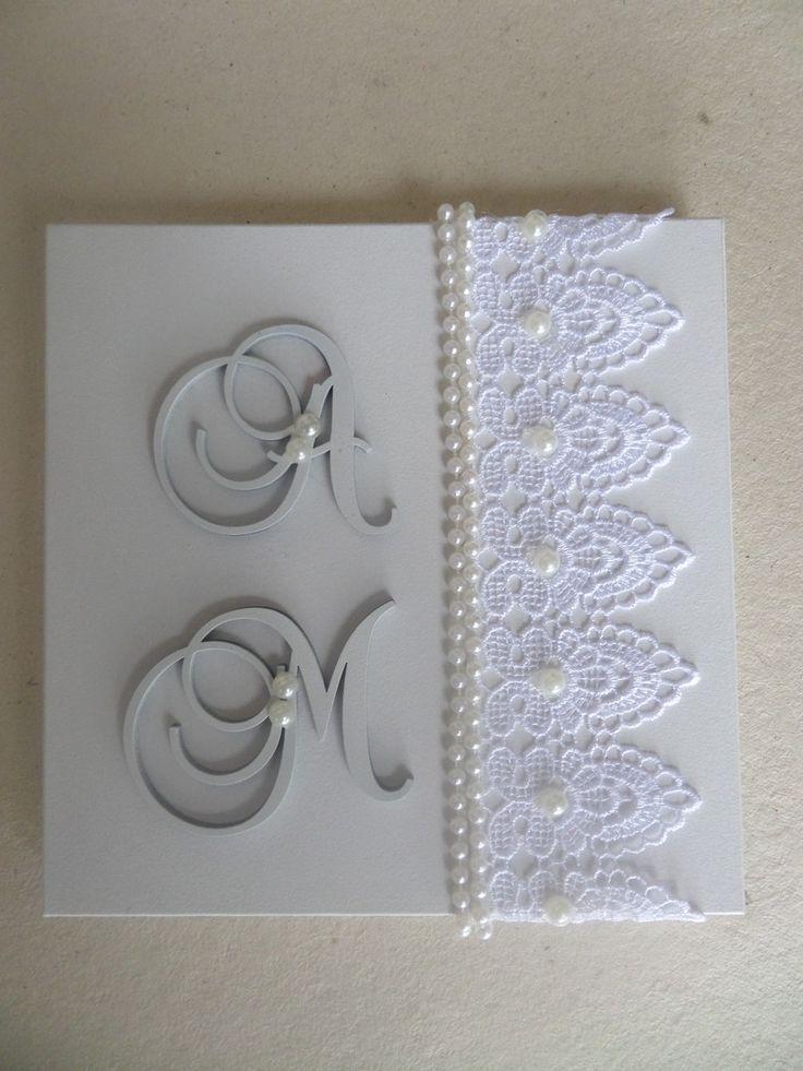 Caixa para presentear os padrinhos  Ela é pintada de branco, com guipir aplicado na tampa, perolas e personalizada com as iniciais dos noivos..  É linda e requintada.