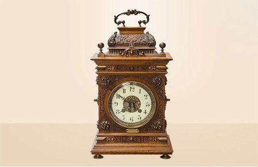 Настольные антикварные часы с ручкой. Выполнены из ореха. Надпись: F.Rizz Strassburg. Франция, 1880-е гг.