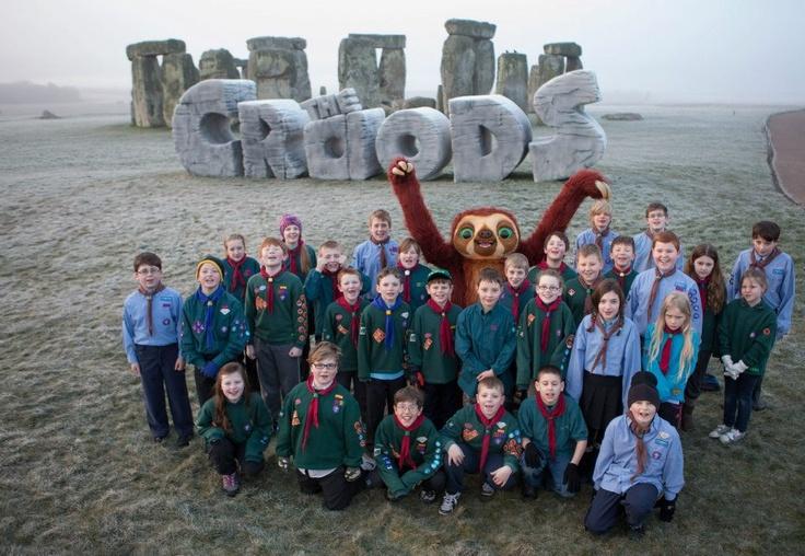 """""""Los Croods"""" en Stonehenge, el primer monumento moderno que ha sido expuesto en este lugar. Tuvieron de visita a los niños exploradores para celebrar el solsticio de la primavera."""