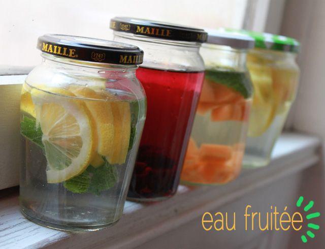 Recette d'eau fruitée maison, à base de fruits, d'herbes aromatiques et d'eau. Pendant les fortes chaleurs, les eaux fruitées sont idéales pour s'hydrater!