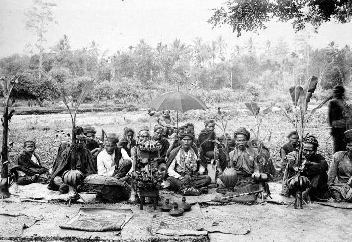 COLLECTIE TROPENMUSEUM Een Gayo bruidegom met voor zich enkele huwelijksgeschenken voor de bruid Noord-Sumatra.