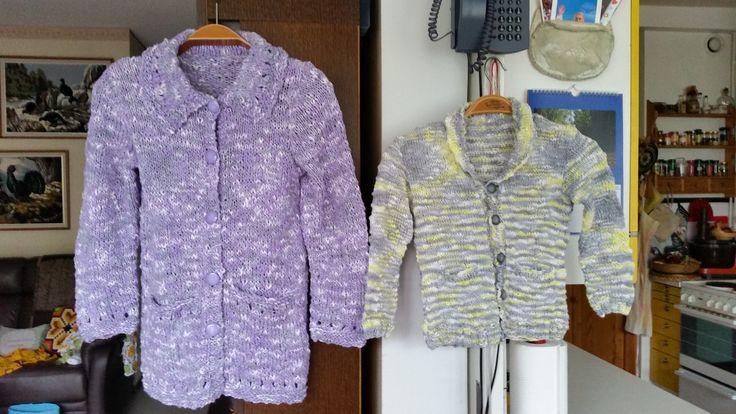 Jackor med fickor stickade till Ellen och Elis, stickade i bomullsgarn, Sirdar Beachcomber, Ellens jacka stickad i dubbelt garn.