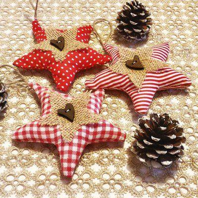 Tris di stelle di Natale in stoffe country, iuta e bottone di legno