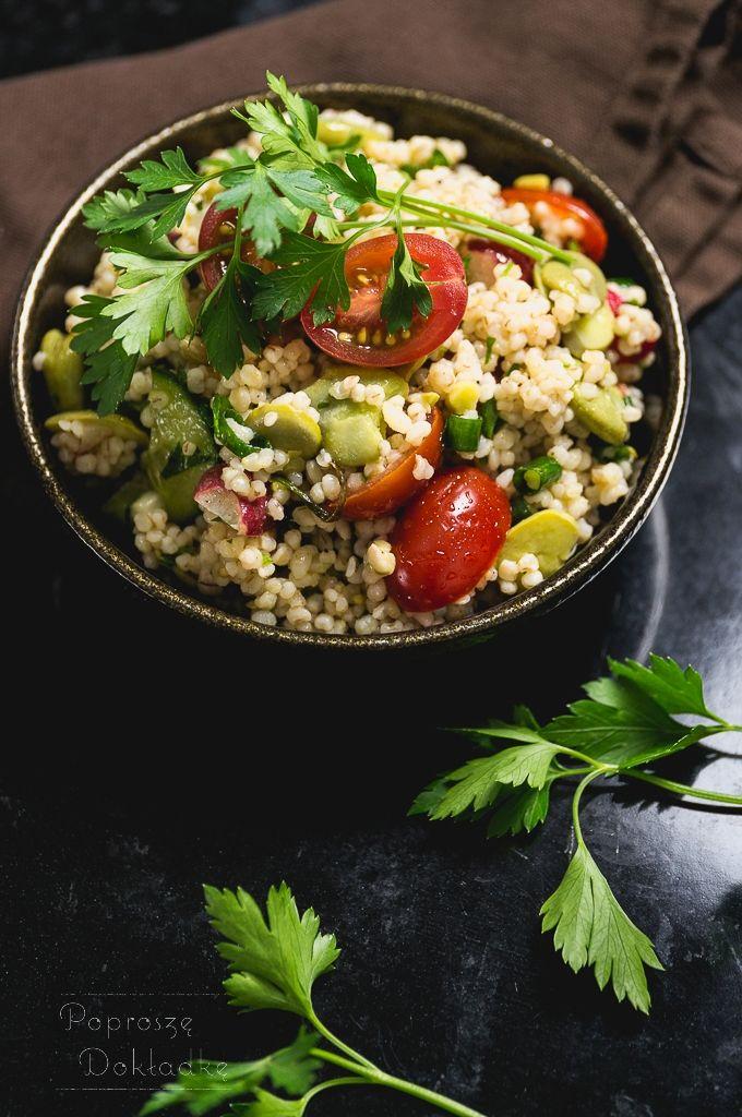 Sałatka z kaszą jęczmienną, bobem i pomidorkami