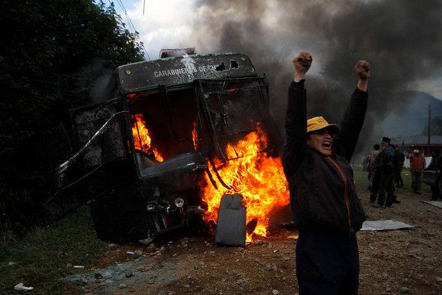 15 de Marzo 2012/ AYSEN  Manifestantes quemaron una micro de Carabineros, luego que esta quedara en panne en el sector de Pedro Aguirre Cerda , en Aysén, durante los enfrentamientos entre pobladores y Carabineros.  FOTO:JOSE CARVAJAL/AGENCIAUNO